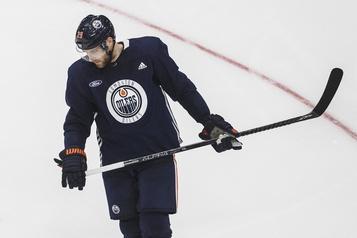 Oilers d'Edmonton Leon Draisaitl se prépare dans l'incertitude)
