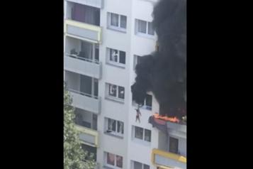 Deux enfants sautent de 10 mètres pour échapper aux flammes)