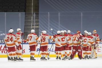 Victoire des Flames qui s'approchent à quatre points du Canadien)