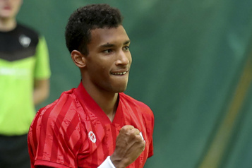 Tournoi de Halle Félix Auger-Aliassime défait son idole Roger Federer)