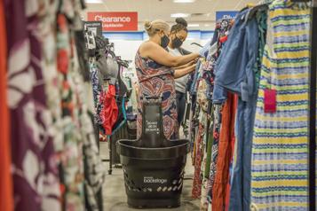 Les consommateurs américains affluent dans les magasins)