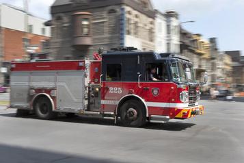 Un incendie suspect endommage six voitures et deux immeubles)
