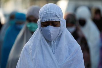 Une fin de ramadan assombrie par le virus, l'Europe poursuit son retour à la normale)