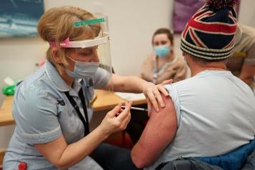 Vaste étude en Angleterre Les vaccinés ont trois fois moins de chances d'être déclarés positifs)