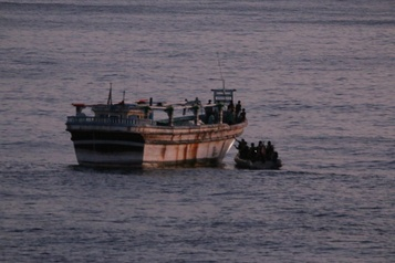 Un navire de guerre américain vient en aide à des marins iraniens en détresse)