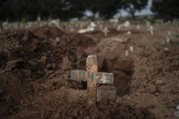 Brésil: le gouvernement accusé de «rendre invisibles» les morts du coronavirus)