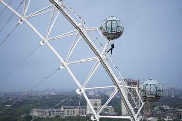 Avant-première de No Time to Die Un cascadeur suspendu à une cabine du London Eye