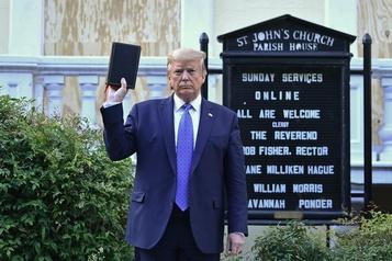 Brandir la Bible au lieu de l'ouvrir)