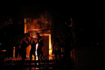 Mort de George Floyd: des manifestants incendient un poste de police)