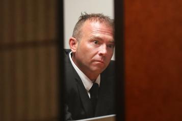 Un policier jaloux etcontrôlant coupable d'avoir harcelé deux ex-conjointes)
