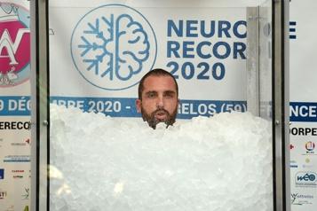 Un Français bat le record du monde d'immersion dans la glace)