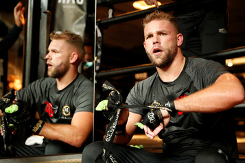 Le boxeur Billy Joe Saunders explique comment frapper sa femme, puis s'excuse
