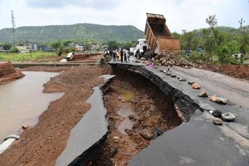 Le nettoyage commence en Inde après les pluies diluviennes)