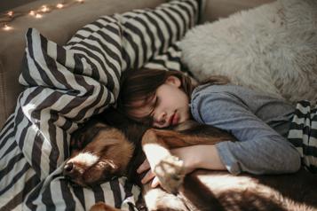 Sommeil Pitou ou minou a-t-il sa place dans le lit des enfants ?)
