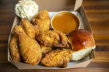 «À emporter»  Le poulet frit à son meilleur chez Casgrain BBQ)