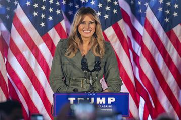 Premier rassemblement de campagne, en solo, pour Melania Trump)