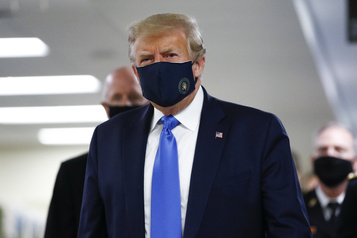 Donald Trump porte un masque en public pour la première fois)