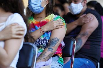 COVID-19 Quatre milliards de doses de vaccins administrées dans le monde)