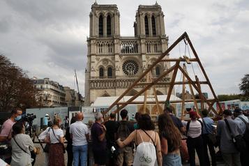 Un public ébahi par la reconstruction de Notre-Dame de Paris)