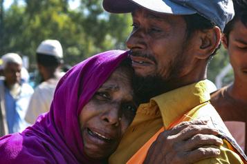 Le Bangladesh transfère des réfugiés rohingya vers une île isolée)