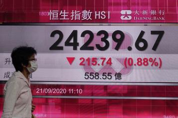 Les Bourses chinoises finissent en baisse, inquiètes du rebond de la pandémie)
