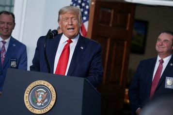 Depuis son terrain de golf, Trump l'assure: il croit à la victoire)