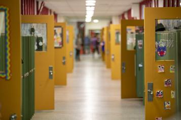 Le personnel de soutien en milieu scolaire signe un mandat de grève)