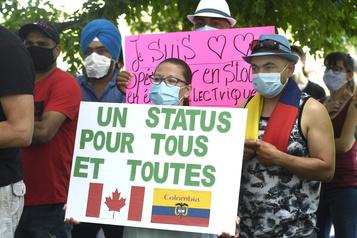 Une centaine de manifestants demandent un statut pour tous )