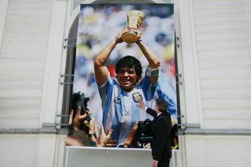 Mort de Diego Maradona La justice argentine ouvre une enquête pour déterminer s'il y a eu négligence )