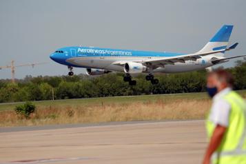 Propagation de la COVID-19 L'Argentine réduit la fréquence des liaisons aériennes)