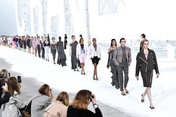 Chanel présente un défilé minimaliste)