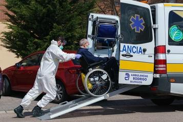 Plus de 15000 morts en Espagne, appelée à ne «pas baisser la garde»