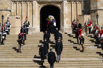 ÉlisabethII entourée de sa famille pour les adieux au prince Philip)