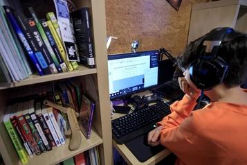 Les gens passent plus de temps sur l'internet pendant la pandémie)