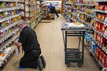 Les éclosions en baisse dans les milieux de travail)
