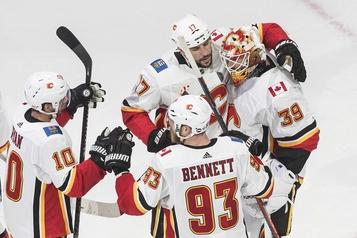 Les Flames remportent le premier match contre les Stars)