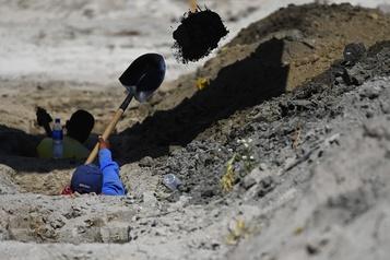 COVID-19: en attendant les morts, le Salvador creuse déjà des tombes