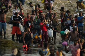 Migrants haïtiens Démocrates et républicains critiquent Biden à l'unisson)