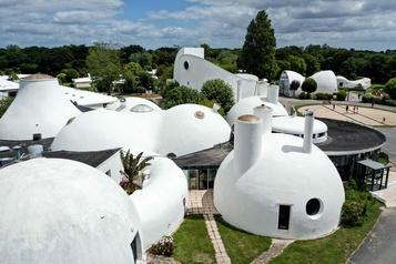 Un village vacances à l'architecture en forme de bulles)