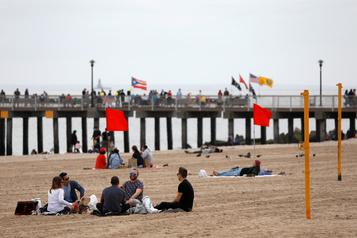 New York rouvre ses plages, signe d'un déconfinement prudent)