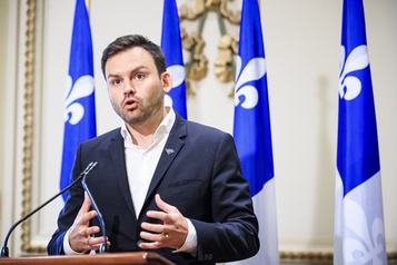 Paul St-Pierre Plamondon «Tous les jours» au parlement, salaire payé par le PQ)