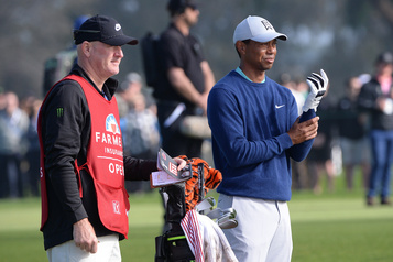 Un spectateur poursuit Tiger Woods et son caddie