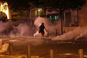 Gaz lacrymogènes contre des manifestants anti-gouvernementaux à Beyrouth)