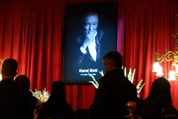 Des milliers de Tchèques disent adieu à Karel Gott