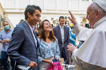 Egan Bernal offre un vélo de course au pape François)