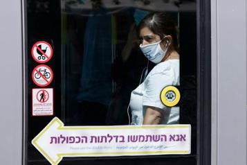 Israël Le masque réimposé dans les lieux publics fermés)