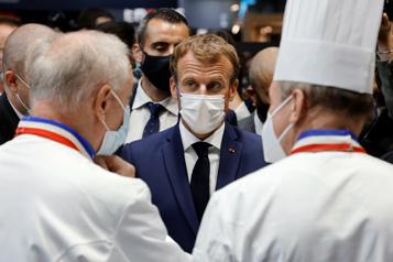 France Emmanuel Macron visé par un lanceur d'œuf lors d'un salon de la restauration)