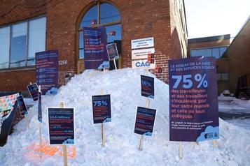 Montréal Des travailleurs de la santé manifestent devant les bureaux de la CAQ )