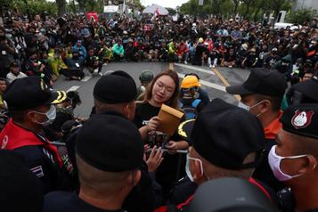 Thaïlande: les manifestants défient la monarchie avec une plaque symbolique)