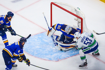 Les Canucks l'emportent 5-2 contre St. Louis)